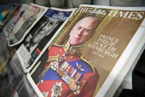 10日、ロンドンで新聞販売所に並んだフィリップ殿下の死去を伝える新聞(AP=共同)