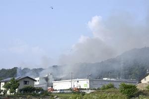 黒煙を上げて燃える火災現場=6月20日午後4時半ごろ、福井県永平寺町