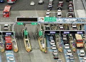 料金割引の影響で混雑する中央自動車道八王子料金所のETC車線(右)と現金向けブース=2009年8月