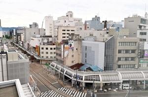 再開発の解体工事が進むJR福井駅西口の通称「三角地帯」のA街区。地権者らが北陸新幹線の開業時期の行方を注視している=10月9日、福井市中央1丁目