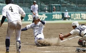 2020年甲子園高校野球交流試合・智弁学園―中京大中京 タイブレークの10回裏・中京大中京無死満塁、インフィールドフライと宣告された西村の打球を二塁手が落球し、三走前田が生還。捕手田上=8月12日、甲子園