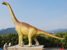 首が長い大型草食巨大恐竜現る!