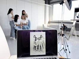 ポーズを決め好きなタイミングでシャッターを切る女子学生=9月6日、福井県福井市高柳1丁目のフォトスタジオ「es studio」