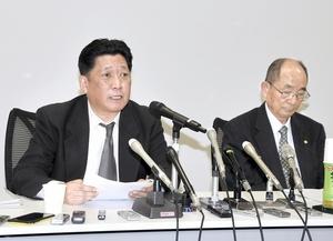 会見して調査結果を報告する高辻俊一委員長(左)と松本有策委員=3月2日午後2時5分ごろ、福井県高浜町役場