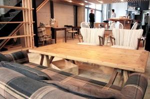 入り口近くにソファ席をつくった「sumu」店内。リビングをイメージした空間が整った=6月30日、福井市中央1丁目