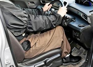 福井県警から明確な基準が示されなかったため、今は腕にはめた手細に布袍の袖を入れ、もんぺを履いて運転しているという男性僧侶(本人)=1月29日、福井県内