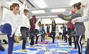 スポーツ庁考案の運動メニューを体験する鯖江市JK課のメンバー。彼女たちの活動は笑顔が絶えない=2019年3月、福井県鯖江市役所