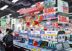 「ウィンドウズ7」のサポート終了を前に、パソコンの買い替えをアピールするヨドバシカメラ「マルチメディアAkiba」のパソコン売り場=10日、東京都千代田区