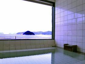 日本海が一望できる展望風呂が自慢
