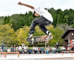 ダイナミックな演技を披露する出場者=9月29日、福井県福井市真栗町のふくい健康の森