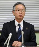 記者会見する福井県あわら市の橋本達也市長=18日午後、同市役所