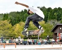 スケートボード腕自慢が大技次々