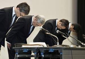 記者会見の冒頭で謝罪する関西電力の八木誠会長(左から2人目)と岩根茂樹社長(同3人目)ら=10月2日、大阪府大阪市