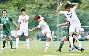 FC北陸―福井ユナイテッドFC 後半、シュートを放つ福井ユナイテッドの石塚功志(左から3人目)=石川県の北陸大フットボールパーク