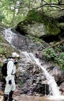 青葉山の麓で町民が見つけた滝=10月上旬、福井県高浜町(谷正孝さん提供)