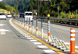 センターライン部分に設置されたワイヤロープの防護柵。手前はラバーポール=10月3日、中部縦貫自動車道永平寺大野道路の永平寺-上志比IC間