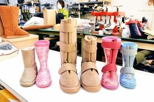 義足や装具を着けていても履きやすく加工した長靴とムートンブーツ(右から4足)。左2足は加工前の一般製品=福井県福井市四ツ井2丁目の長尾製靴所