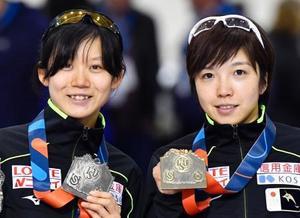 スピードスケートW杯女子1000メートルを1分12秒09の世界新で制し、金メダルを手にする小平奈緒(右)と2位の高木美帆=10日、米ソルトレークシティー(共同)