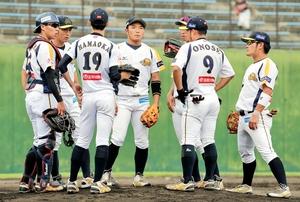 信濃―福井 2回裏1死二、三塁、信濃に先制を許しマウンドに集まる福井ナイン=30日、長野県営上田野球場