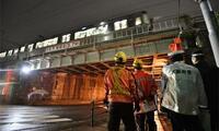 大阪でJR橋桁にトラック接触