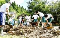 大雨被害の福井市で中学生らが泥除去 生徒ら50人がボランティア活動