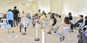 ワクチン接種の希望者で満席となった福井市コールセンターの窓口の待合室=4月22日、福井県福井市大手3丁目のNTT福井大手ビル