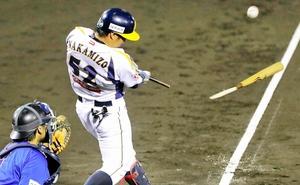石川―福井 2回福井、2死一、三塁、中溝雄也がバットを折りながら先制の左前適時打を放つ=金沢市民野球場