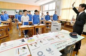 全国に先駆け福井県内で始まった「英語科」の授業。県教委が作った教材を使って進められた=4月13日、福井県越前市味真野小