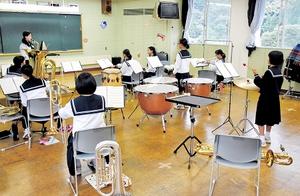 合奏の練習をする生徒たち。9人の部員が楽器を持ち替えながら演奏している=10月4日、福井県南越前町の今庄中