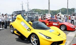 クラシックカーやスーパーカーが並んだ会場=21日、福井県敦賀市桜町