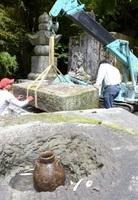 五輪塔の解体作業中に見つかった太田資武のものとみられる骨壺=16日、福井市徳尾町の禅林寺