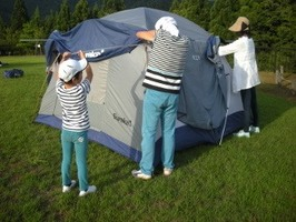 自然体験活動でテントを張る参加者ら