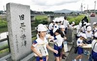 地元の遺産 児童散策 鯖江・鳥羽小 歴史や変遷学ぶ