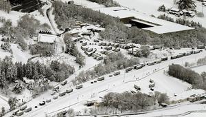 雪の影響により、北陸自動車道の小矢部川サービスエリア付近に止まった車両=12日午前11時5分、富山県小矢部市(共同通信社機から)