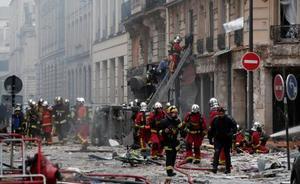 12日、パリ中心部のパン屋で起きた爆発で、現場に駆け付けた消防隊員(ロイター=共同)
