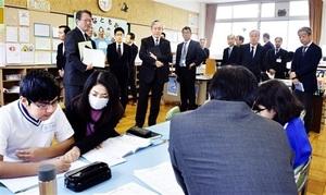 多文化共生推進プランの策定に向け、外国人児童が多い教育現場を視察する企業の代表ら=11月12日、福井県越前市の武生西小