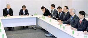 与党整備新幹線建設推進プロジェクトチームの会合に臨む山本衆院議員(左から3人目)、高木衆院議員(同4人目)、滝波参院議員(右)=11日、衆院議員会館