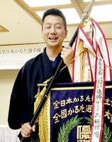 5年ぶり4度目の優勝を果たし笑顔を見せる三好輝明八段=4月22日、愛知県豊田市内のホテル
