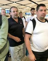 イランからアラブ首長国連邦・ドバイの空港に到着した、タンカー「フロント・アルタイル」の乗組員ら=15日(共同)