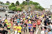 丸岡城を背に古城マラソン3507人