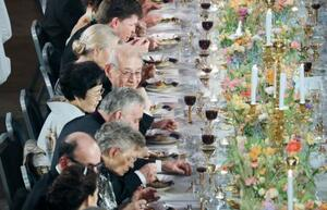 ノーベル賞授賞式後の晩さん会に出席した吉野彰・旭化成名誉フェロー(手前から6人目)と妻久美子さん(同5人目)=10日、ストックホルム(代表撮影・共同)