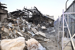 商店街のアーケードが撤去され、がれきだけが残る火災現場=14日、福井県越前市蓬莱町