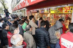 11月21日から発売されている年末ジャンボ宝くじを買い求める人たち