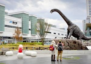 恐竜のモニュメントが設置されているJR福井駅西口=4月11日、福井県福井市中央1丁目