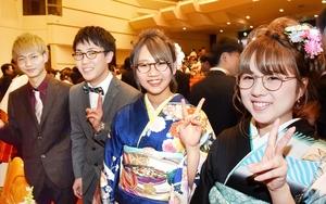 出席者全員に地元産の眼鏡が配られた鯖江市の成人式=1月13日、福井県鯖江市文化センター