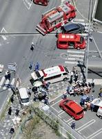 車が園児の列に突っ込んだ事故現場=5月8日午前11時9分、滋賀県大津市(共同通信社ヘリから)