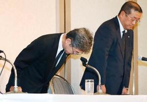 記者会見で謝罪する神戸製鋼所の梅原尚人副社長(左)=20日午後、東京都内のホテル