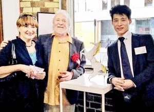 折り紙作品の「ナポレオン・ホース」と山本勝博さん(右)、英国王立美術家協会の関係者ら=ロンドン市内