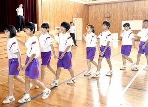 角鹿中で半世紀続くフォークダンス=福井県敦賀市の同校体育館