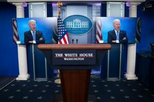 ホワイトハウスのモニターに映し出された、州知事らと会合を行うバイデン大統領の姿=11日、ワシントン(AP=共同)
